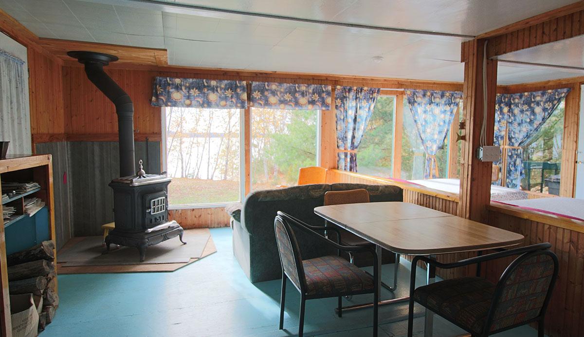 chalet leveronique interieur salle manger domaine les 4 vents. Black Bedroom Furniture Sets. Home Design Ideas
